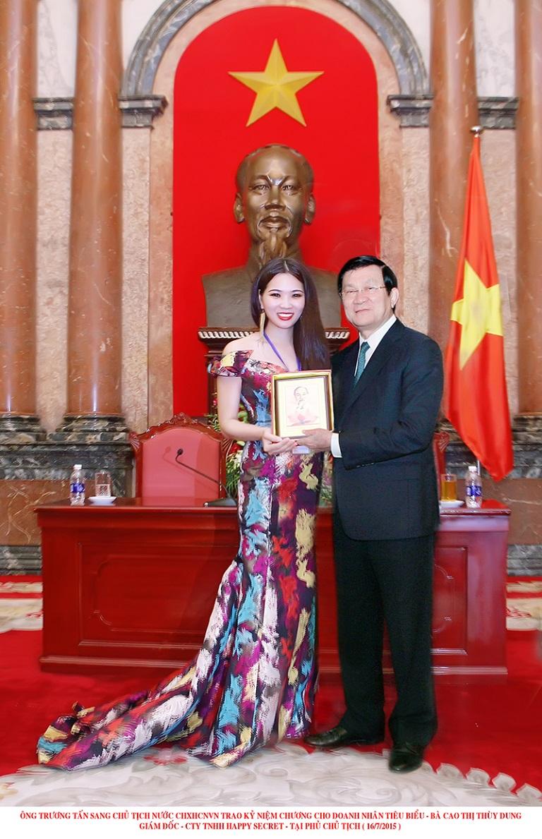Giám đốc Cao Thị Thùy Dung chụp cùng chủ tịch nước